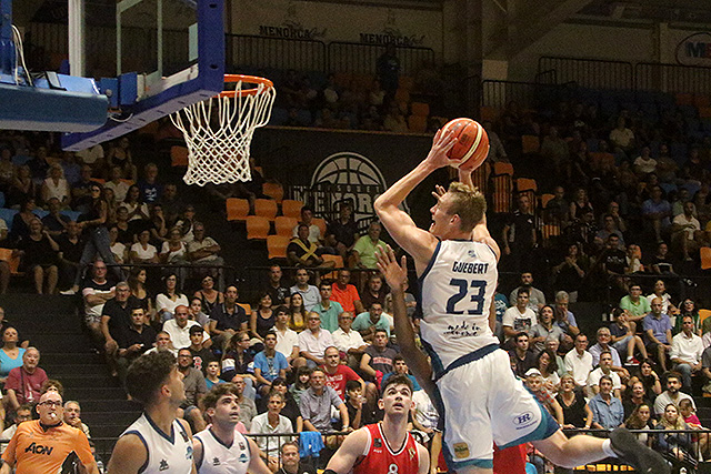 Drew Guebert se eleva ante la defensa del Murcia (Foto: deportesmenorca.com)