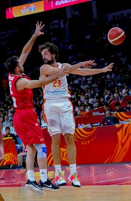 Llull asiste a un compañero (Foto: FIBA)