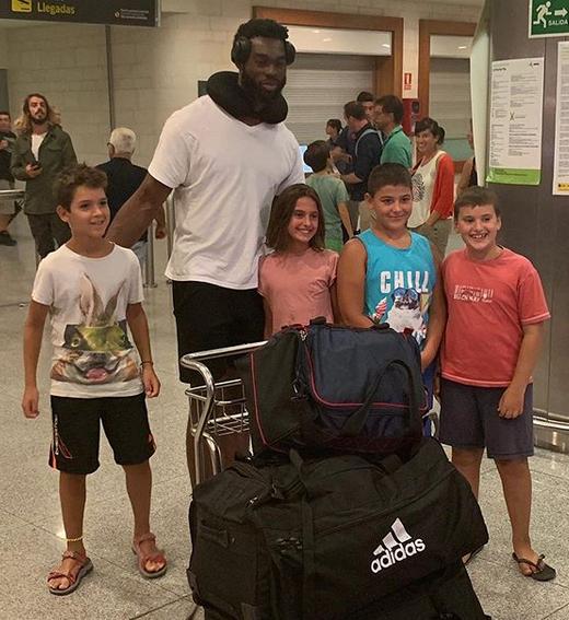 Okeke, rodeado de jóvenes aficionados a su llegada anoche a la Isla (Foto: Bàsquet Menorca)