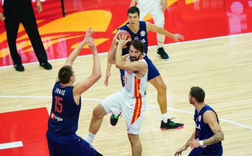 Llull, suspendido en el aire en acción de ataque (Foto: FIBA)