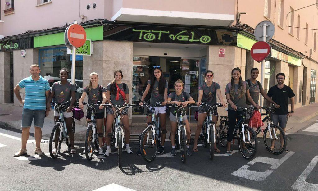Las jugadoras del Avarca, en las bicicletas de uno de sus patrocinadores (Foto: Vòlei Ciutadella)