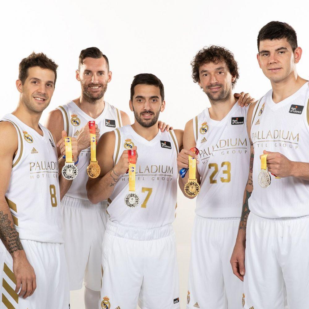 Llull, posando con el oro y el resto de finalistas (Foto: Real Madrid)