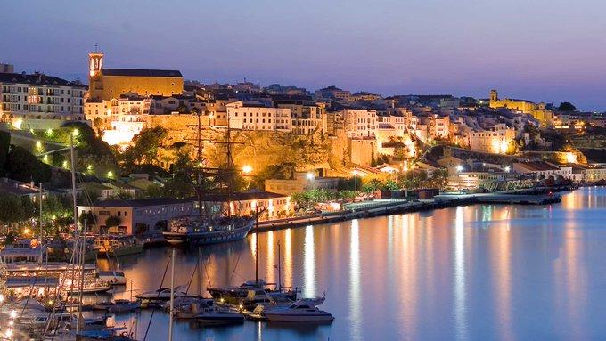 Imagen nocturna del puerto de Maó (Foto: Turisme de les Illes Balears)