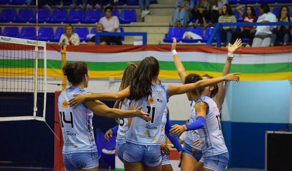 Las jugadoras del Avarca de Menorca celebran un punto durante el partido (Fotos: Haro de La Rioja)