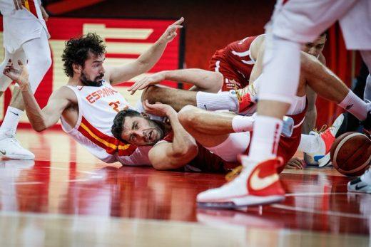 Sergio Llull lucha por recuperar la pelota (Foto: FIBA)