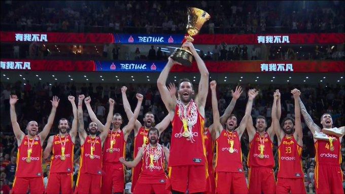 Los jugadores de la selección levantan el trofeo (Fotos: FIBA)