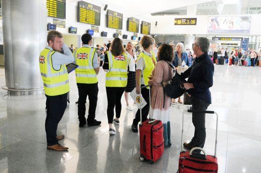 Personal del gobierno británico atendiendo a viajeros (Fotos: Tolo Mercadal)