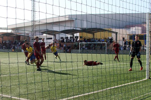 Explosión de alegría tras el 1-0 (Fotos: deportesmenorca.com)