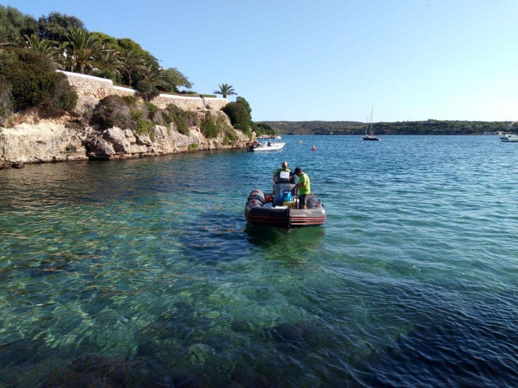 Toma de muestras en el agua (Foto: Ajuntament d'Es Castell)