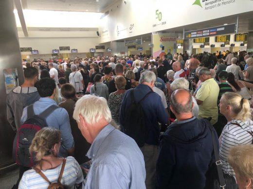 (Fotos) Cientos de personas colapsan el aeropuerto tras la quiebra de Thomas Cook