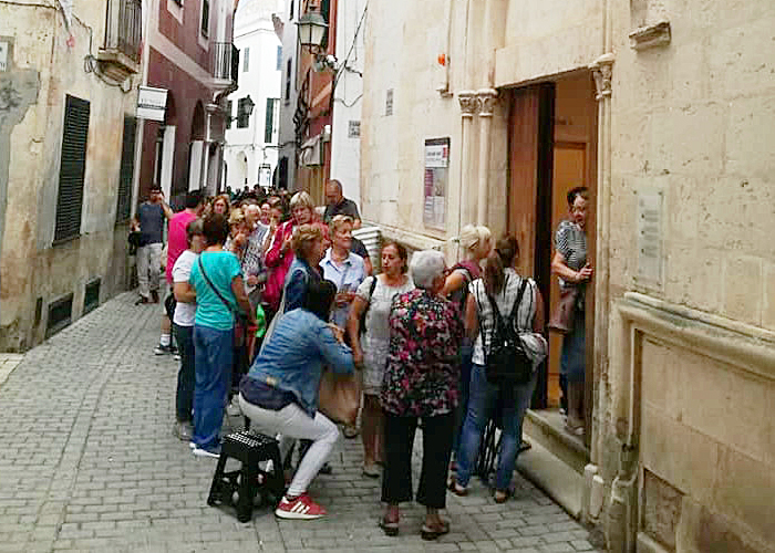 Imagen de las colas generadas por la venta de entradas (Facebook de Teatre de Butxaca).