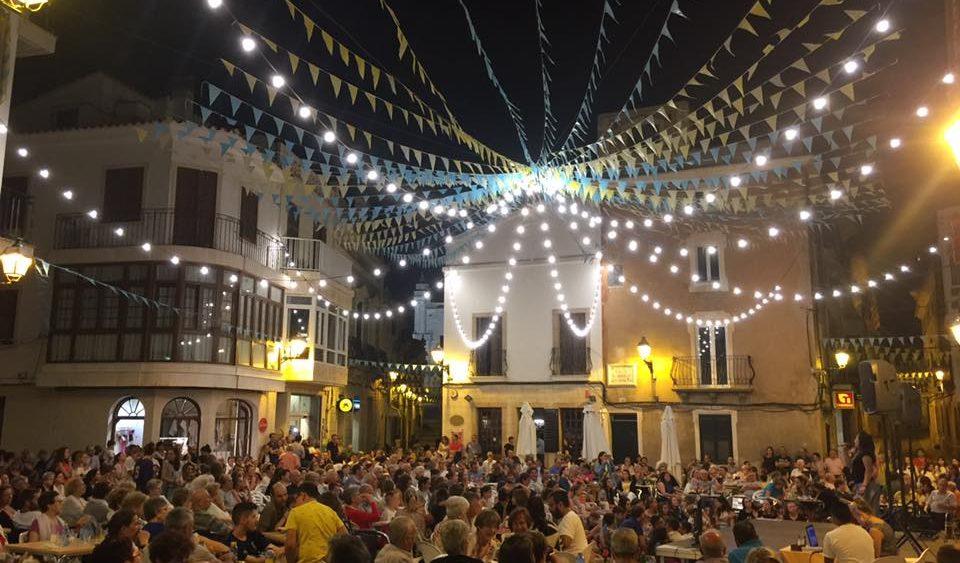 Lleno absoluto en la plaza para seguir las actuaciones (Fotos: Ajuntament d'Alaior)