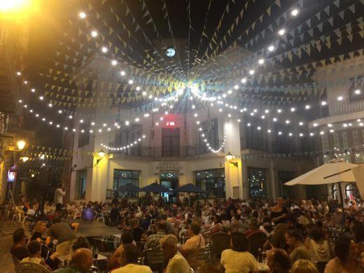 El Karaoke de Alaior ha reunido multitud de personas en la plaza