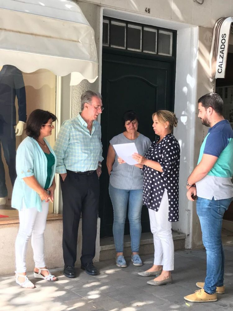 La concejala popular, Àgueda Reynés, habla con residentes en la zona