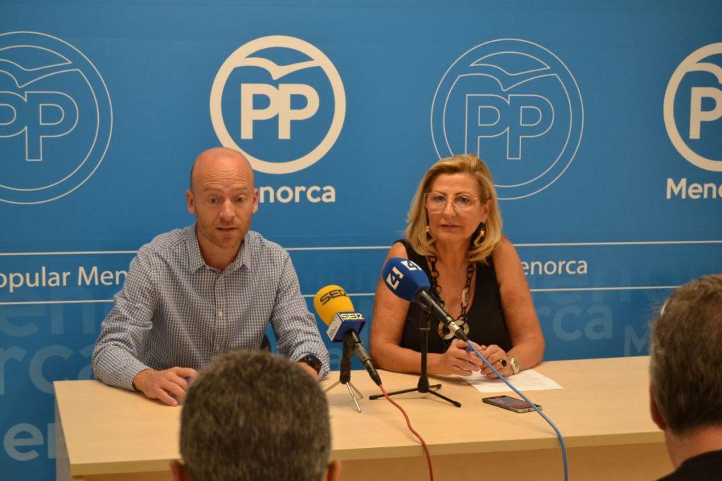 La portavoz del Grupo Popular, Coia Sugrañes, con el conseller Vilafranca