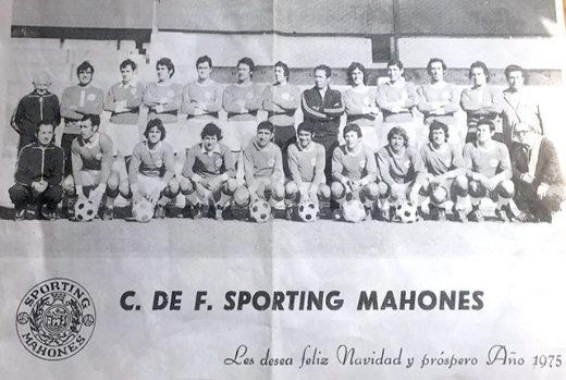 Imagen de la formación del primer equipo del Sporting Mahonés de 1975 (Foto: deportesmenorca.com)