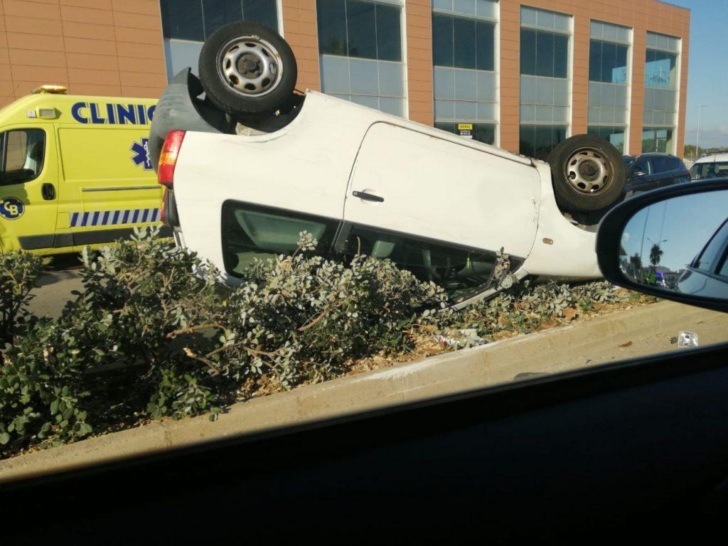 Al parecer la conductora ha querido evitar un accidente y ha volcado en la vía