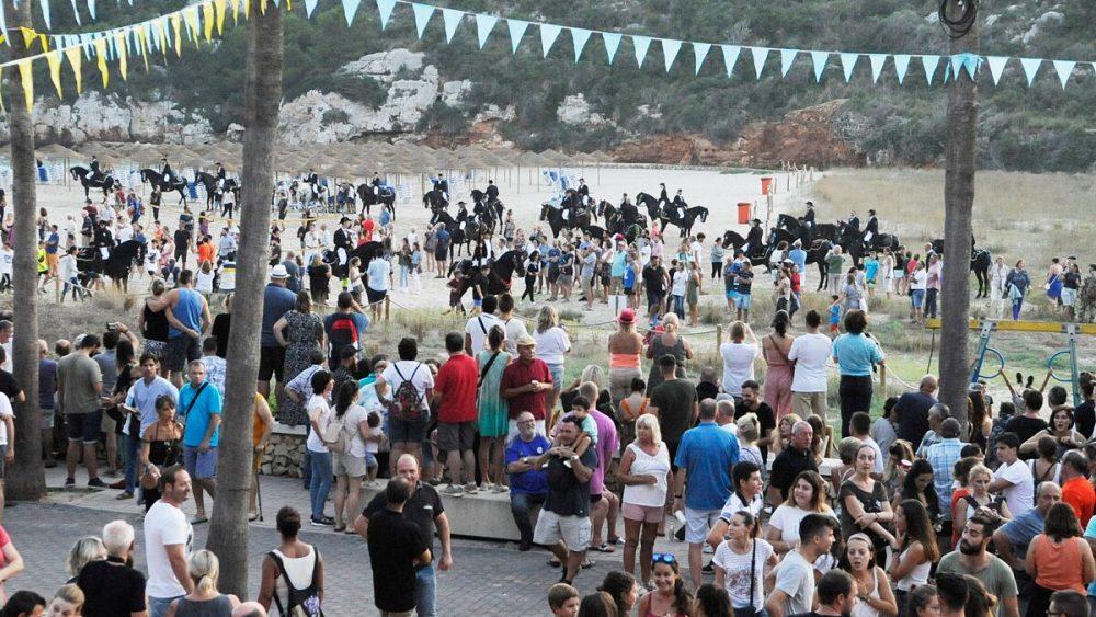 Imagen de los caballos, entre una multitud y sobre la arena (Fotos: Tolo Mercadal)