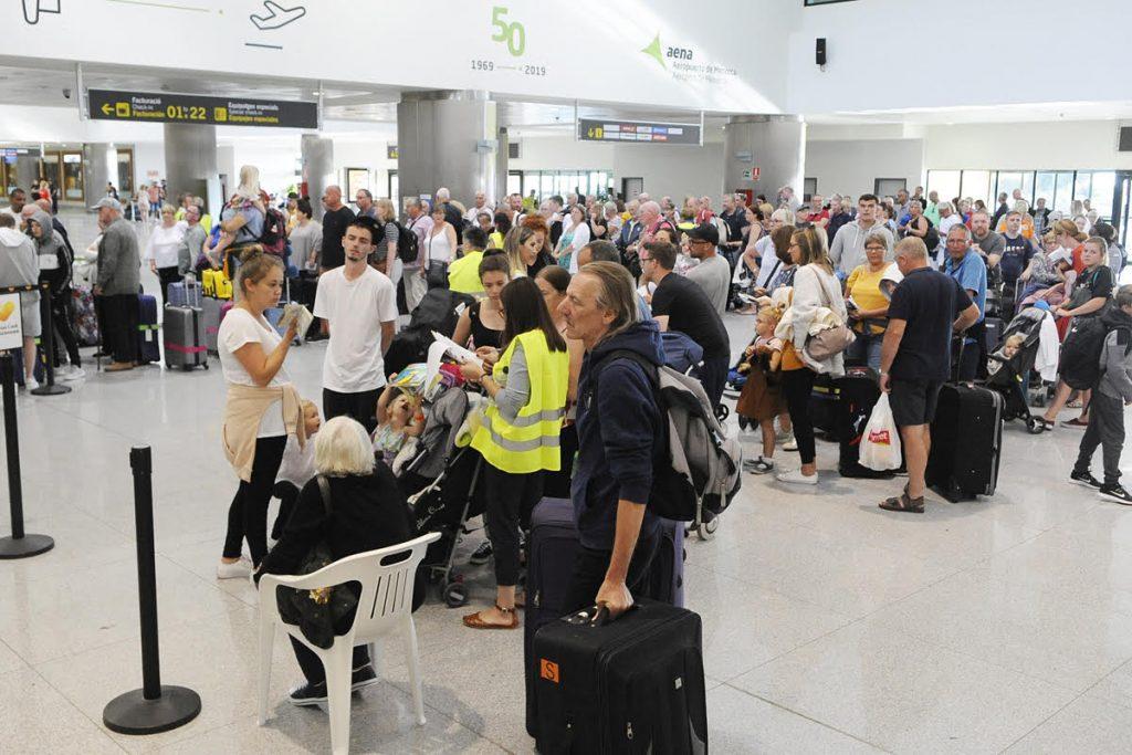 Turistas en el Aeropuerto de Menorca (Foto: Tolo Mercadal)