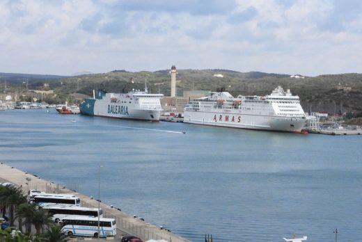 Imagen de archivo de barcos en el puerto de Maó.