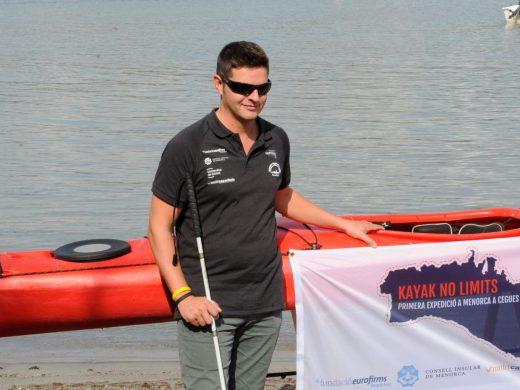 (Fotos) La música guiará a Isaac Padrós en la vuelta a Menorca en kayak