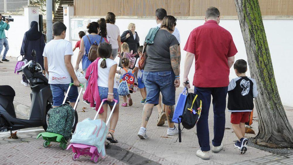La escuela Mare de Déu de Gràcia abría sus puertas esta mañana en Maó (Fotos: Tolo Mercadal)