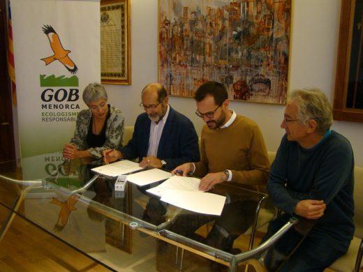 Imagen de la firma del convenio en el Ayuntamiento de Maó