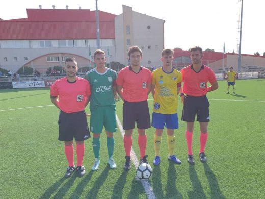 Trío arbitral con los capitanes (Foto: Atlético Villacarlos)