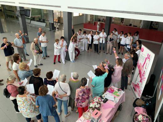 ALBA ha repartido lazos rosas entre los profesionales y usuarios del centro hospitalario