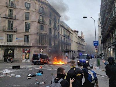 La Policía Nacional ha cargado en Vía Laietana contra grupos de manifestantes que quemaban contenedores (Foto: Mallorcadiario)