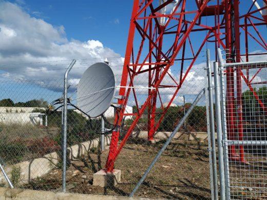 El emisor se ha instalado en un terreno municipal de Cala en Bosc (Foto: Ayuntamiento de Ciutadella)