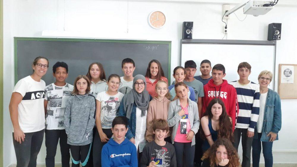 Gemma Triay, junto a los alumnos del centro (Fotos: Consell Insular)