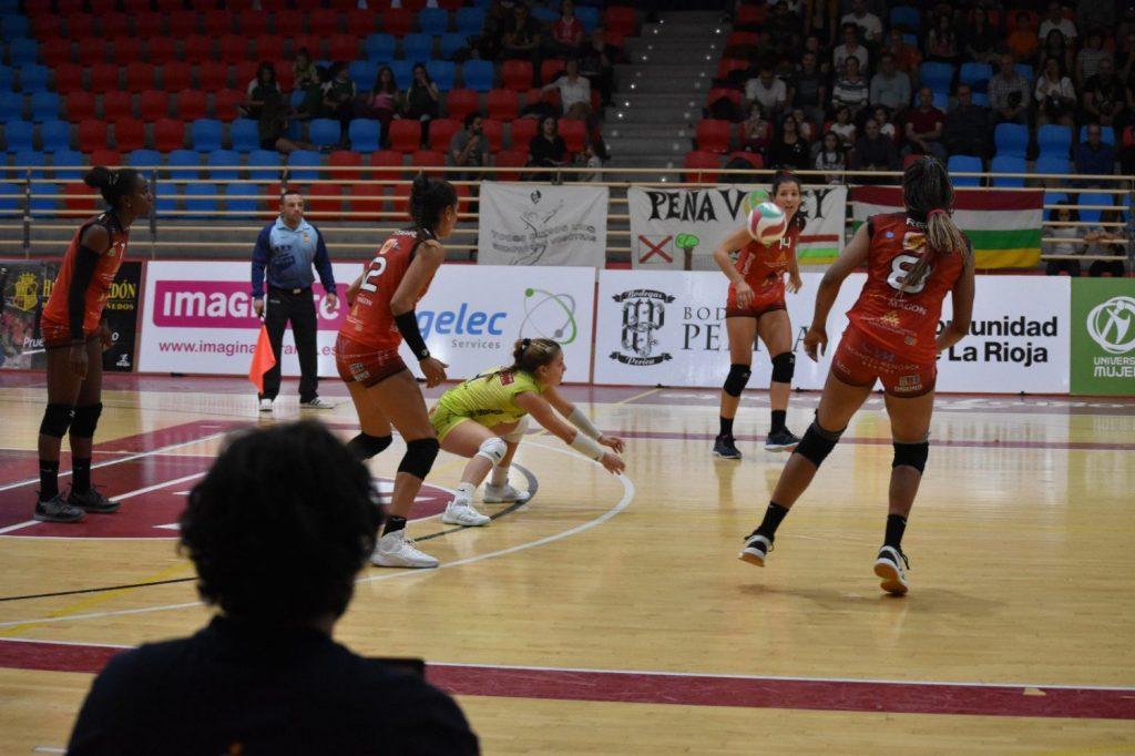 Recepción de Gomila durante el partido (Foto: Voleibol Logroño)