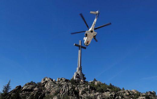 El helicóptero, trasladando el féretro (Fotos: RTVE)