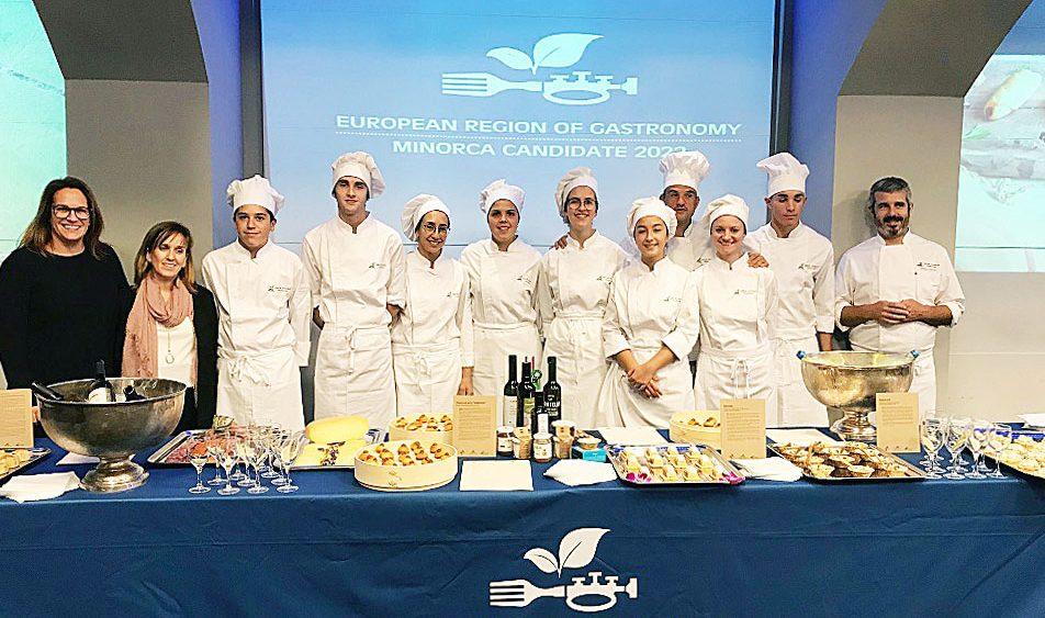 Susana Mora, junto a profesores y alumnos del IES Maria Àngels Cardona (Fotos: Foment del Turisme)