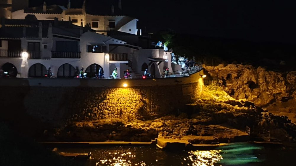 Los ciclistas, a su paso por Binibeca (Fotos: Volta a Menorca)