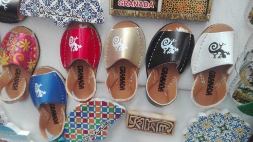 """Imagen de las """"avarques"""" en forma de imán que se venden en la tienda."""