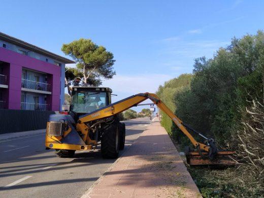 Máquinas actuando en la limpieza (Fotos: Ajuntament de Sant Lluís)