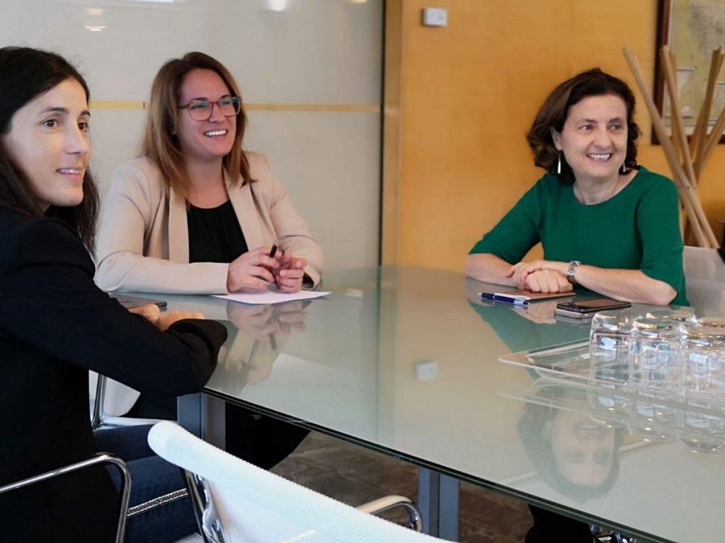 La consellera Fina Santiago ha realizado esta mañana su primera visita insitutcional al Consell en esta legislatura