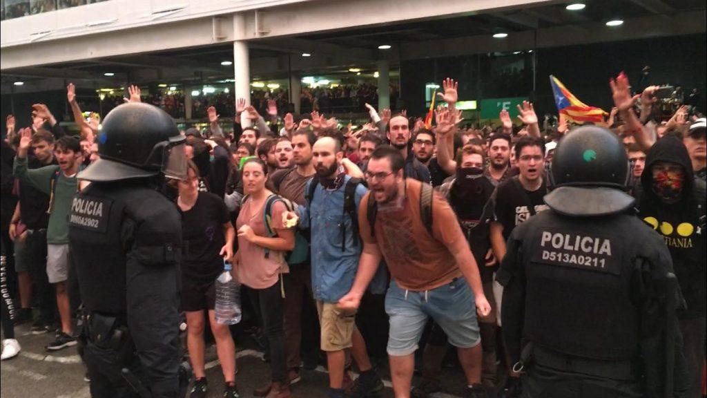Protesta en la T-1 del Aeropuerto de Barcelona tras conocerse la sentencia. FOTO.- X.B.