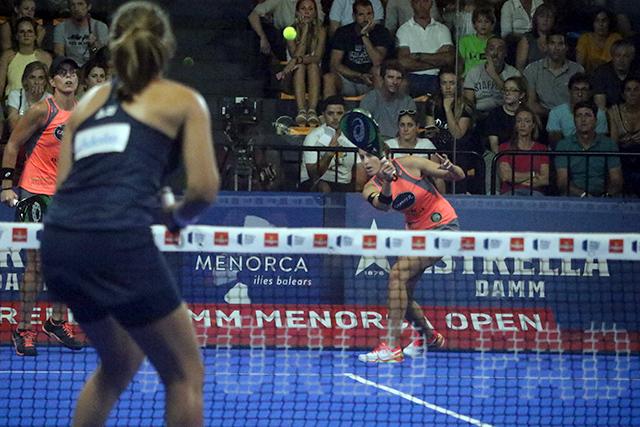 Gemma Triay golpea la bola durante la semifinal (Fotos: deportesmenorca.com)
