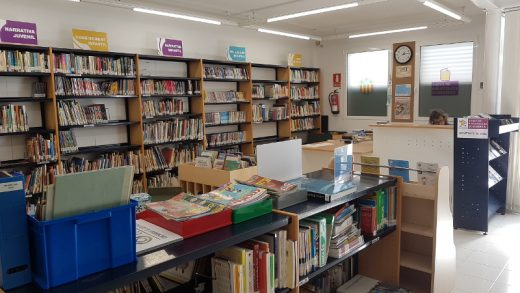 Zona infantil y mostrador de la biblioteca de Sant Lluís