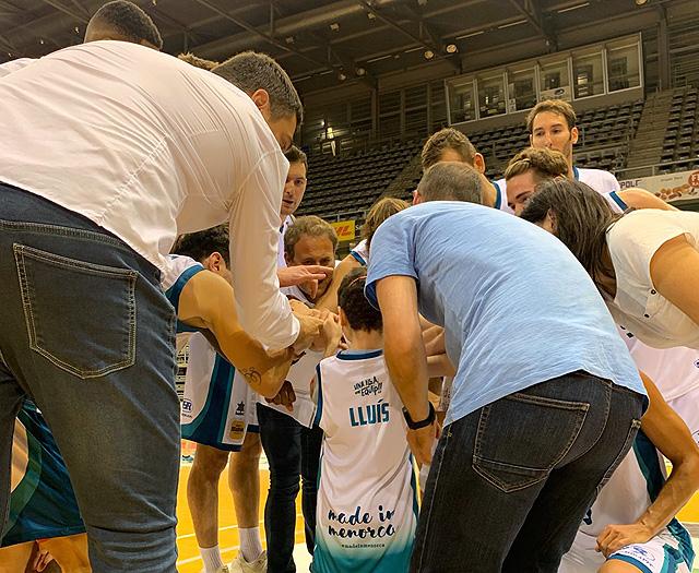 Imagen del equipo al finalizar el partido (Foto: Básquet Menorca)