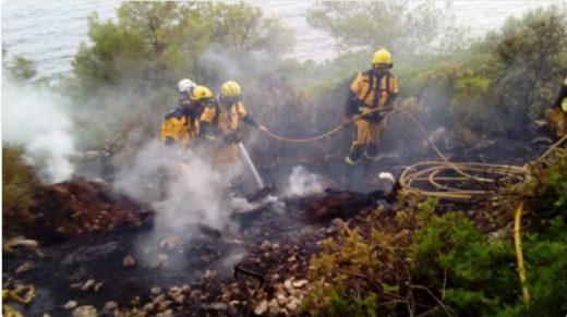 Imagen de bomberos actuando sobre un incendio forestal en Menorca