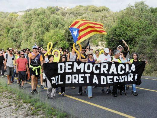 """(Fotos) Más de 200 personas protestan en la """"general"""" contra la sentencia del """"procés"""""""