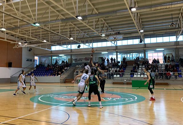 Salto inicial del partido entre La Roda y el Menorca - Foto: Bàsquet Menorca