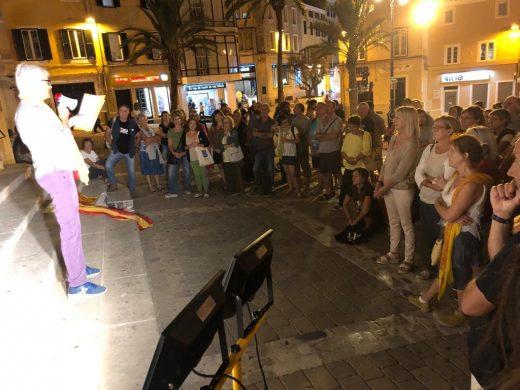 Un centenar de personas se concentran por Catalunya en Maó