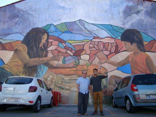 El concejal de Maó, Manuel Lora, con el autor del mural