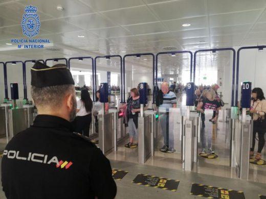 Control policial en un aeropuerto.