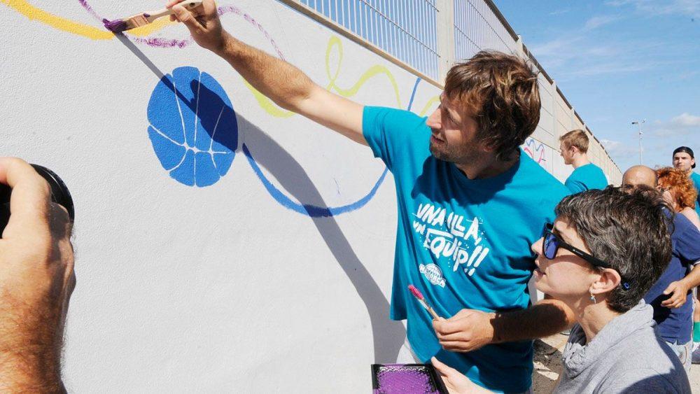 Urko Otegui. jugador del Hestia Menorca, colabora pintando un mural en el Pabellón (Fotos: Tolo Mercadal)
